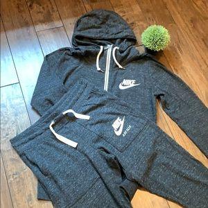 NWOT Nike jogging set in dark grey!💕
